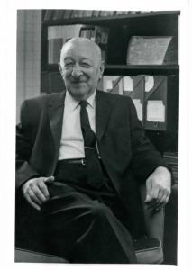 Jellinek in front of a bookshelf